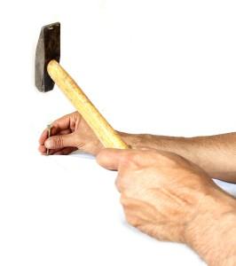 Schraube mit Hammer