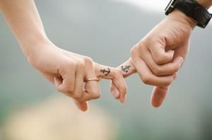 Paar hält sich an der Hand